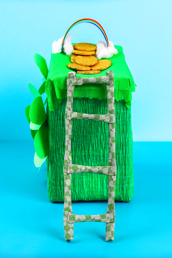 Make a lucky leprechaun trap for kids!  This St. Patrick's Day craft activity is just too fun!  Can you catch a leprechaun? #leprechauntrapforkids #leprechauncraft #leprechauntrapideas #leprechauntrap #leprechaun #stpatricksdaycraftsforkids #stpatricksday #growingajeweledrose