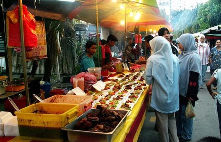 Peniaga Bazar Ramadan boleh dikompaun kerana guna handphone, jam tangan dan barang kemas