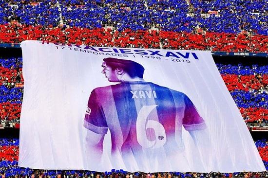 Trên khán đài, CĐV Barcelona giăng biểu ngữ cảm ơn Xavi
