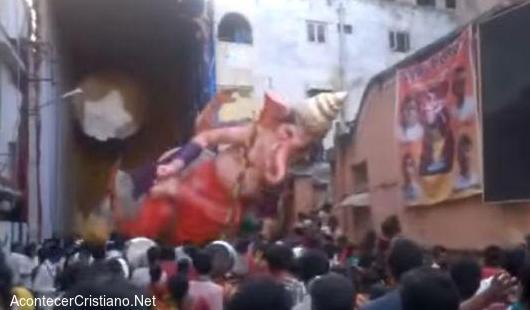 Enorme estatua de dios hindú se destruye al caer