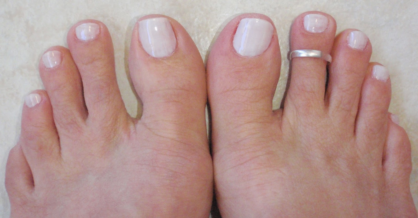 white toe nail coloe