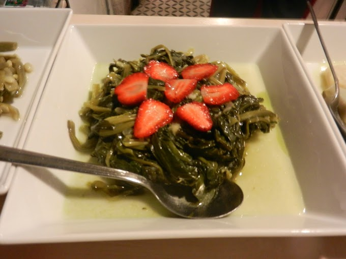 Spinach in Olive oil served with strawberries