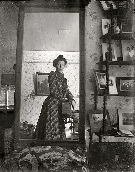 Mujer tomandose una selfie foto vintage