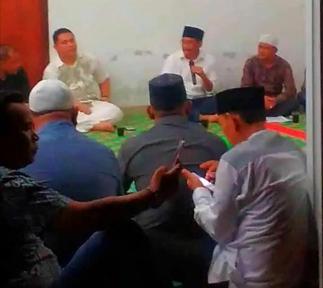 Anggita DPRD Asahan dari PDIP Rohmansyah duduk di samping sebelah kiri Djarot dalam pertemuan dengan puluhan kades dan pengurus Apdesi Asahan.