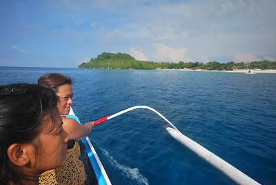 Boating and sightseeing around Mahaba Island, one of 4 islands of Cuatro Islas