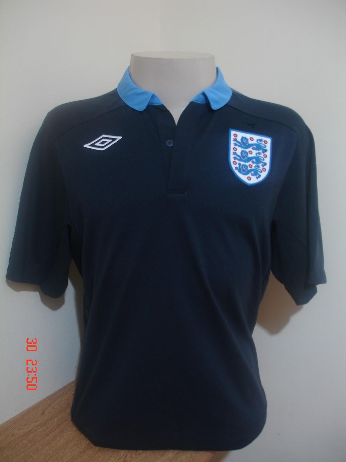 A seleção brasileira de futebol jogou a copa do mundo de 2010 com uma  camisa amerela bem simples 33da3eebc1c17