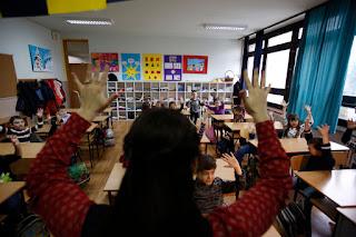 η δασκάλα μιλάει στα παιδιά με νοηματική