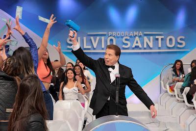 Silvio decide dispara notas que valem dinheiro para as colegas de trabalho. Crédito da foto: Lourival Ribeiro/SBT