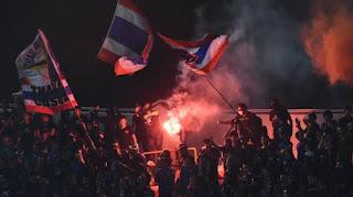 suporter-thailand-menyalakan-flare-di-stadion