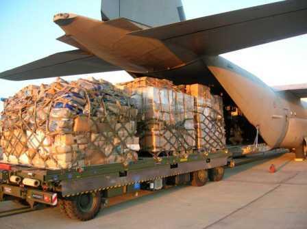 Il carico di un aereo all'aeroporto di Pratica di Mare (Roma) nel 2005
