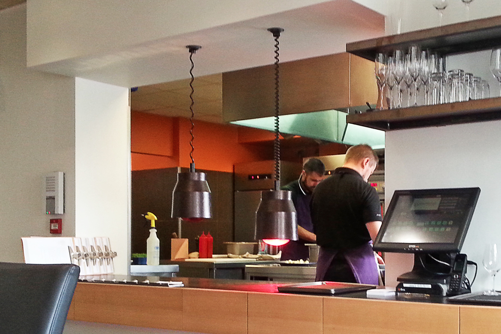 Cuisiniers au travail au Restaurant Initial Caen