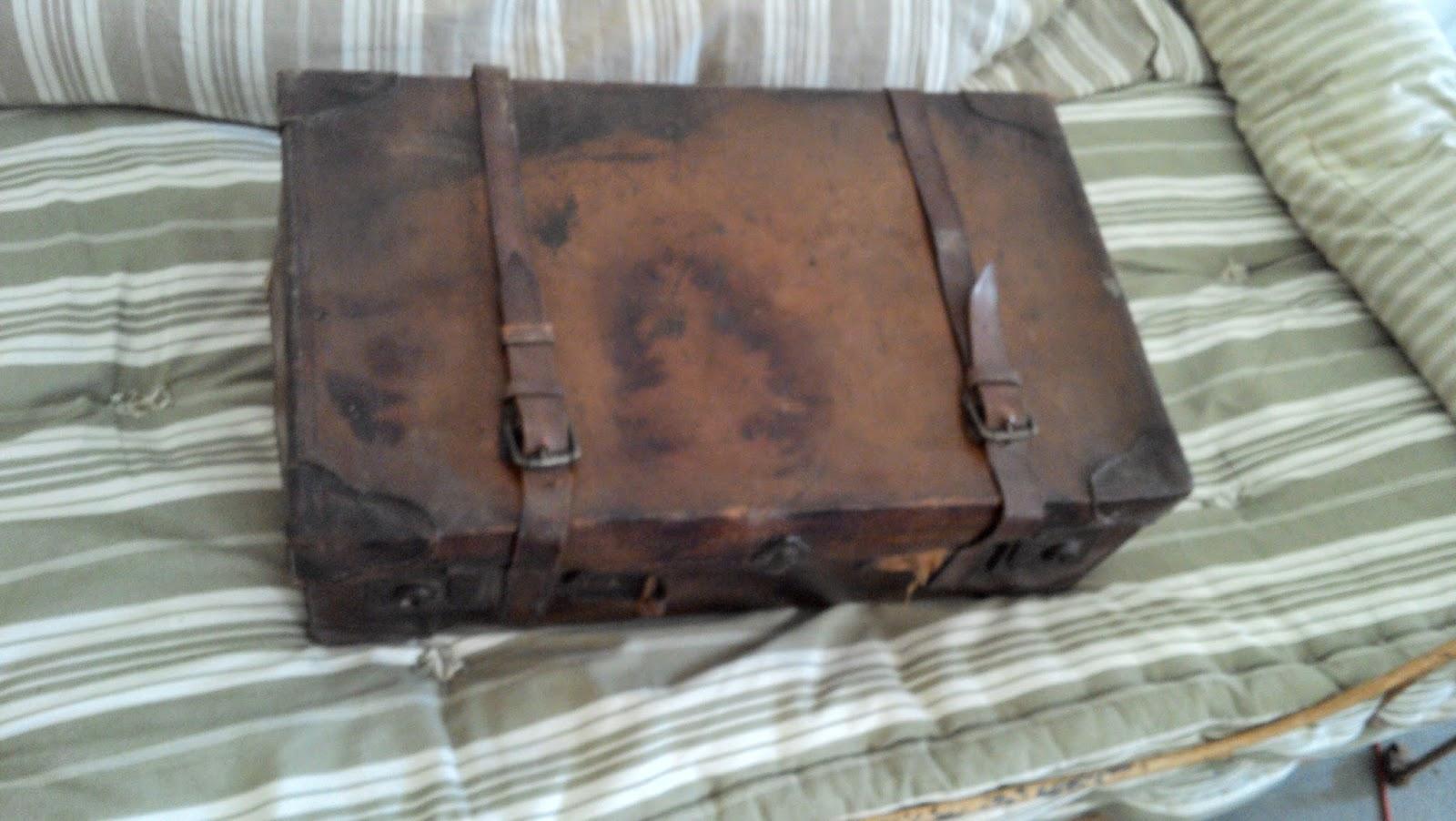 ancienne valise de voyage en cuir vachette. Black Bedroom Furniture Sets. Home Design Ideas