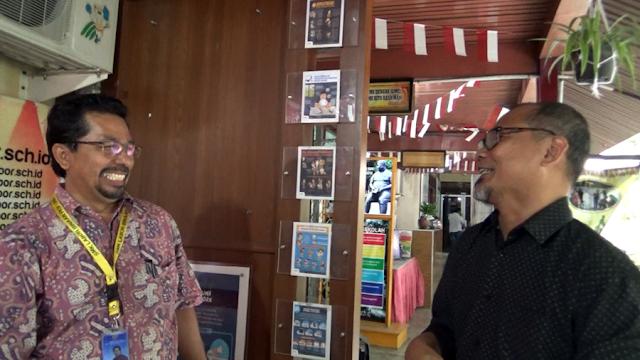 Kepala Sekolah SMK Labor, Hendripides dan Kak Agus DS sedang berdiskusi memajukan literasi