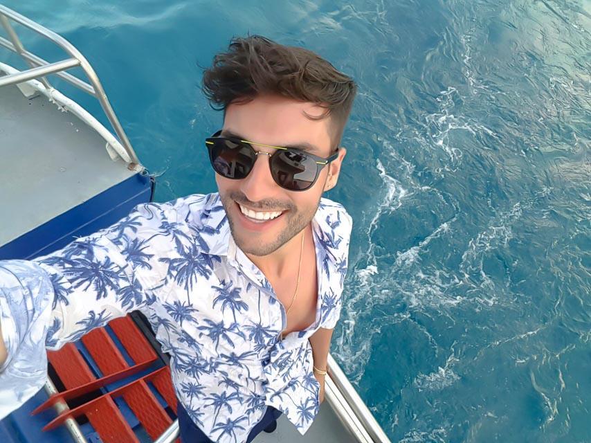 Bruno Camargo, o bombeiro do programa Eliana, tira selfie em embarcação. Foto: Arquivo pessoal