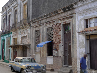 Kuba, Matanzas, Pueblos Viejo, völlig heruntergekommene Häuser, fast Ruinen, davor alter, kaputter Straßenkreuzer