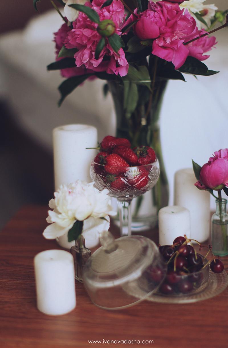 свадебная фотосъемка,свадьба в калуге,фотограф,свадебная фотосъемка в москве,фотограф даша иванова,идеи для свадьбы,образы невесты,фотограф москва,фотосессия невесты,будуарная фотосъемка,пленочная фотография,сборы невесты,файнарт,fine art,нежные сборы невесты с пионами,романтичные сборы невесты,будуарная фотосъемка для девушки,девушка с пионами, сборы в отеле,сборы невесты в отеле,сборы невесты в халате,девушка в махровом халате,Hilton Garden Inn Kaluga,лена на пп,иванова даша,засервированный стол с ягодами свечами и пионами в вазе