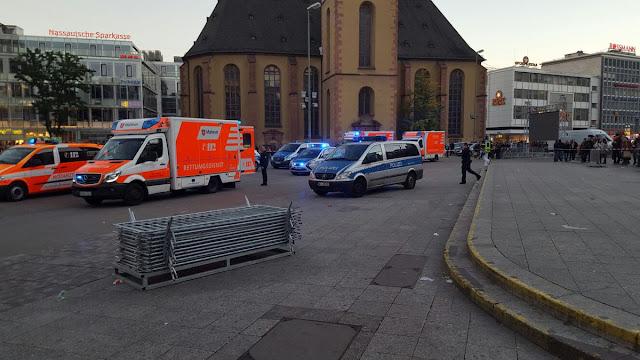 Quatro pessoas ficaram feridas em um ataque de faca no centro de Frankfurt, na Alemanha, um porta-voz da polícia disse à rádio local, FFH. O autor está em fuga, a polícia acrescentou