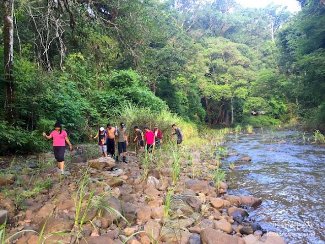 Trekking ngược dòng suối