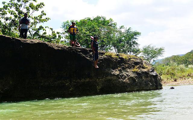Terjun dari atas batu besar