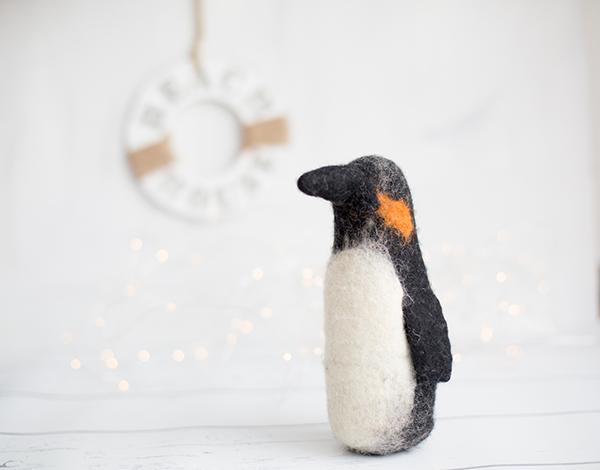 Anleitung zum Filzen: DIY Frühlings-Pinguin - kreativ mit Kindern. titatoni.de