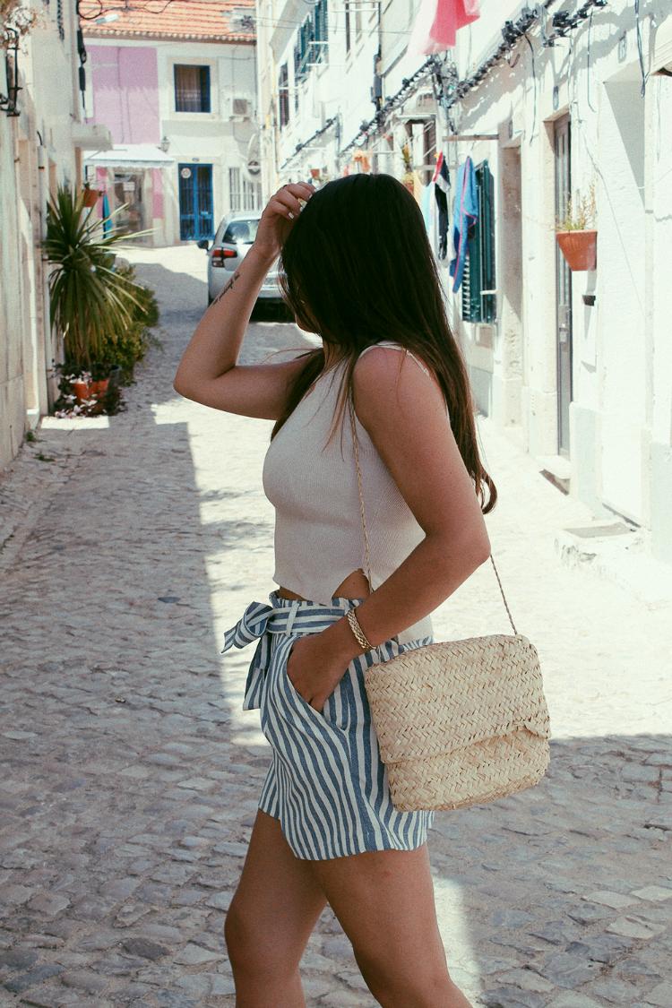 Outfit con shorts de rayas y cesta