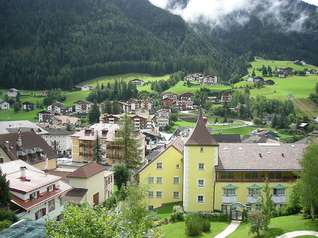 Ortisei—the largest of all the villages in Val Gardena. This photo only: L30 via WikiMedia.org.