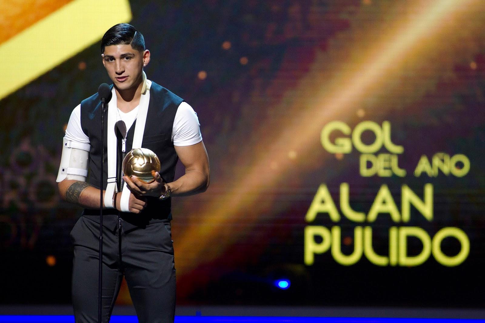 Alan Pulido habla durante la entrega del Balón de Oro.