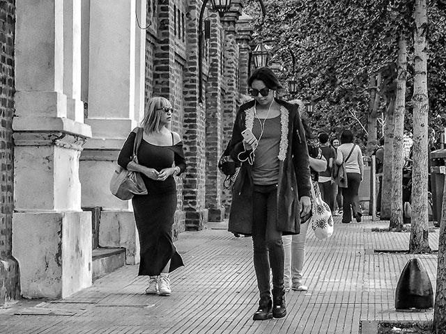 ByN. Dos mujeres recorriendo la Recoleta,Bs.As..