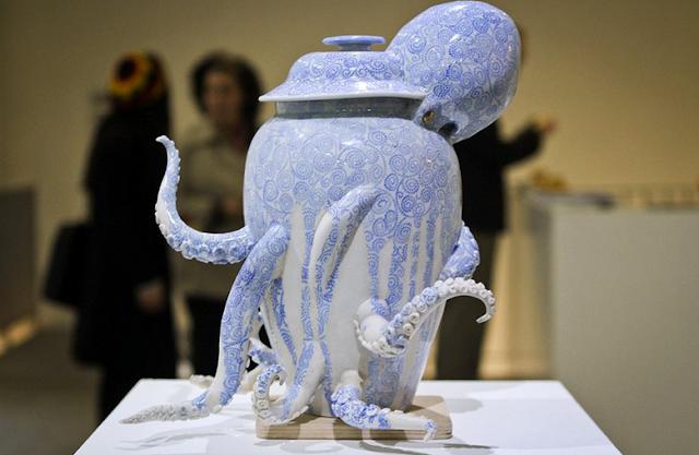 Seniman Jepang Berhasil Membuat Vas Setengah Gurita Dari Keramik
