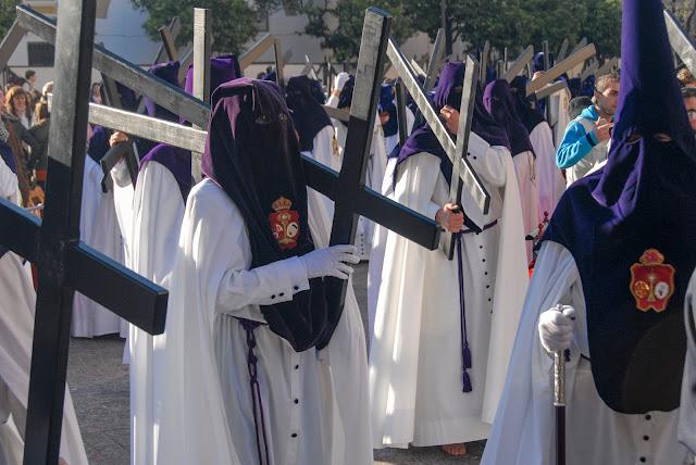 Penitentes hermandad gitanos Madrugça Semana Santa Sevilla