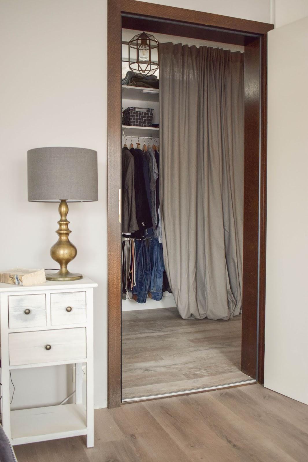 Offener Kleiderschrank mit Vorhang. Flexible Aufbewahrung