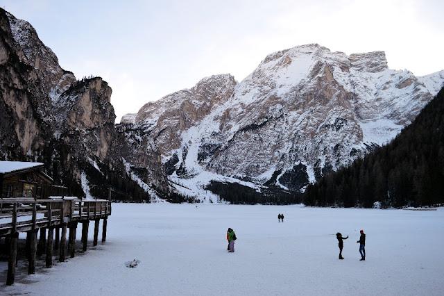 lago di braies inverno ghiacciato