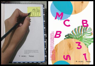 Na esquerda, um cartaz onde se vê uma mão com um lapis sob um caderno e um post-it. E nesse posr-it pode se ver sinais de libra compondo a palavra OI. Na direita, uma composição digital com circulos (algumas com textura de madeira e outra na cor azul) e com letras.