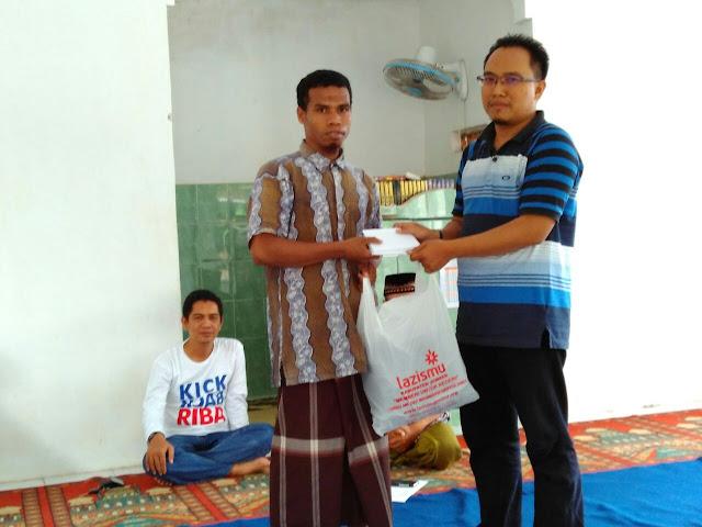 Santunan untuk Ustad disaksikan Ketua PCM Pakusari dan Badan Pengawas Lazismu Jember, Dima Akhyar,SH