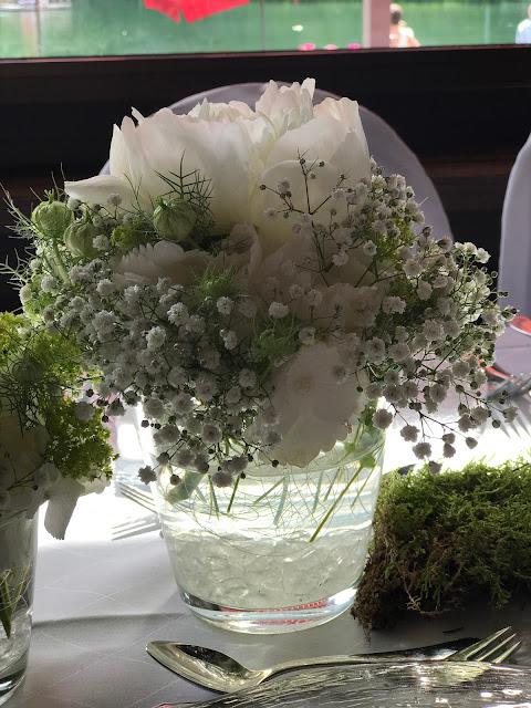 Tischblumen,. Hochzeit in Apfelgrün und Weiß im Riessersee Hotel Garmisch-Partenkirchen, Hochzeitshotel in Bayern, heiraten in den Bergen am See