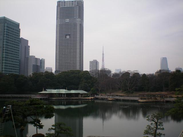 Torres de Tokio vista desde el jardín Hamarikyu koen