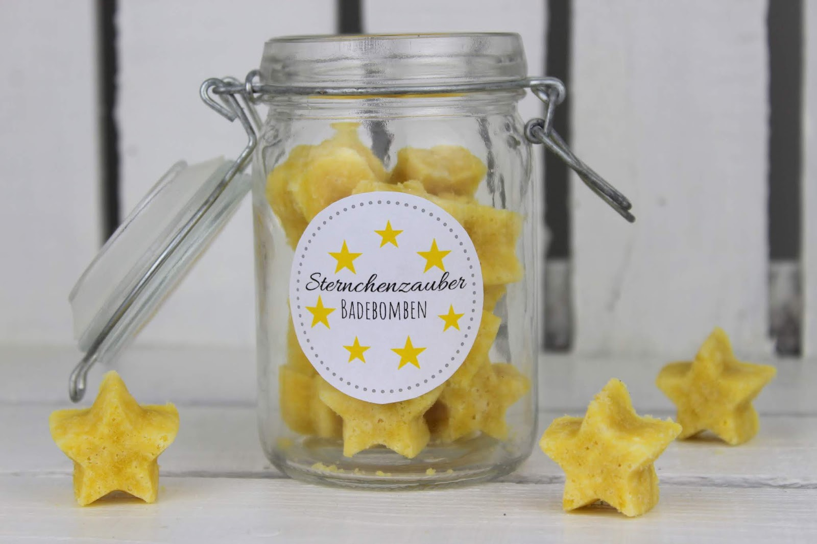 DIY Badebomben in Sternenform selber machen - eine super Geschenkidee im Glas zu Weihnachten + kostenlose Vorlage