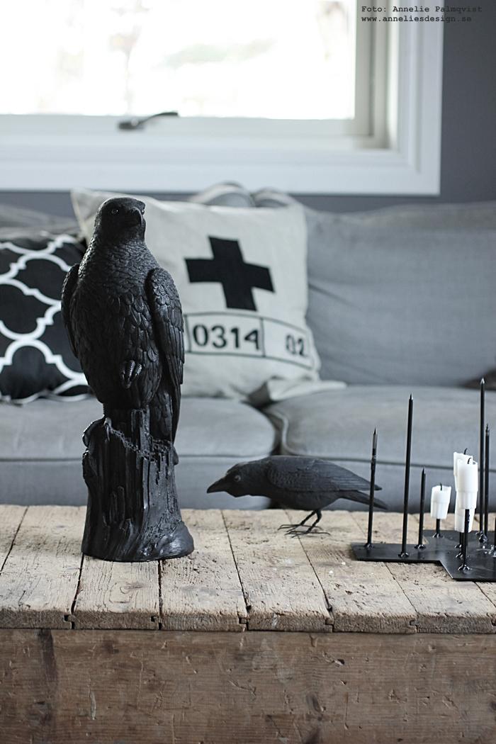 annelies design, webbutik, webbutiker, webshop, nätbutik, nätbutiker, nettbutikk, nettbutikker, inredning, korp, korpar, falk, falkar, fågel, fåglar, ljusstake, candle cross, ljusstakar, annelies palmqvist, vardagsrum, vardagsrummet, grått, vitt, svart, svart och vitt, svartvit, svartvita, fårskinn, skinn, fäll, soffa, soffan, tygsoffa, julklappstips, julklappar, presenttips,