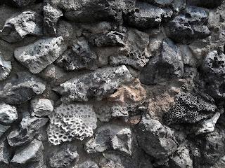 Batu karang sebagai salah satu bahan pembentuk Benteng Speelwijk