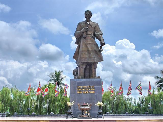 Tượng đài Trần Hưng Đạo - Nam Định