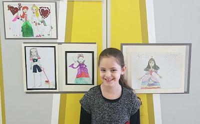 """סהר והתערוכה שלה: """"התערוכה חיזקה את בטחונה העצמי, את מעמדה בכיתה, וגרמה לה להרגיש טוב עם עצמה"""" (צילום: שירי פודור)"""
