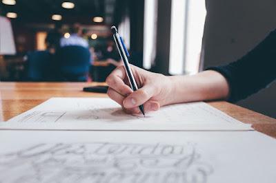 Brazo de chica escribiendo a mano