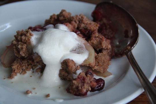 crumble (mit cranberries + birnen) I fräulein text