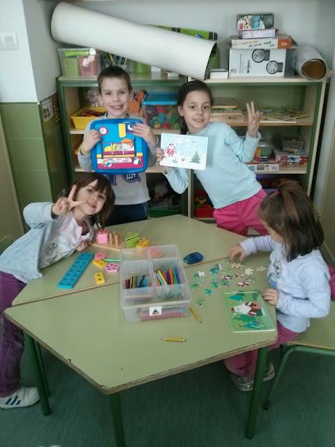 Niños jugando a puzzles