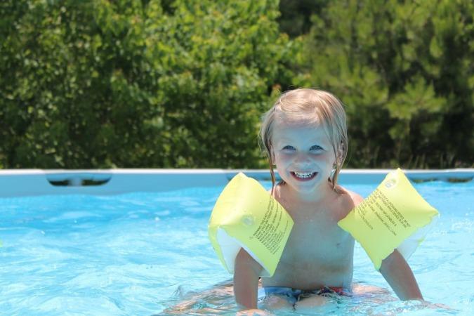 flotadores, manguitos, burbujas, chalecos y cinturones para piscina