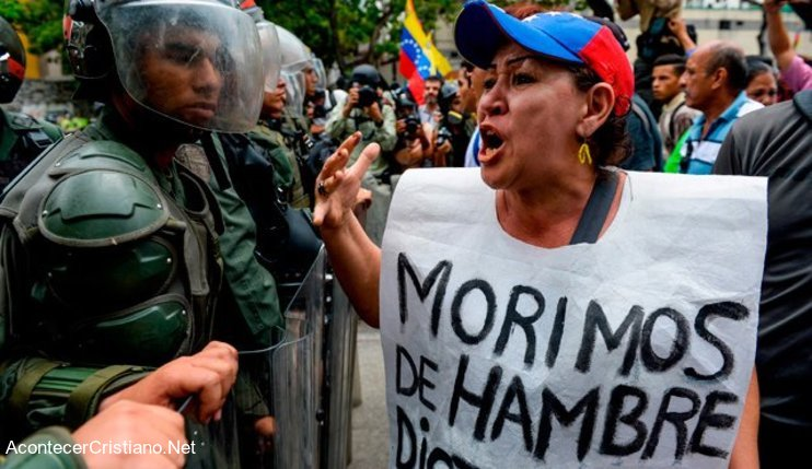 Mujer venezolana protesta ante policías