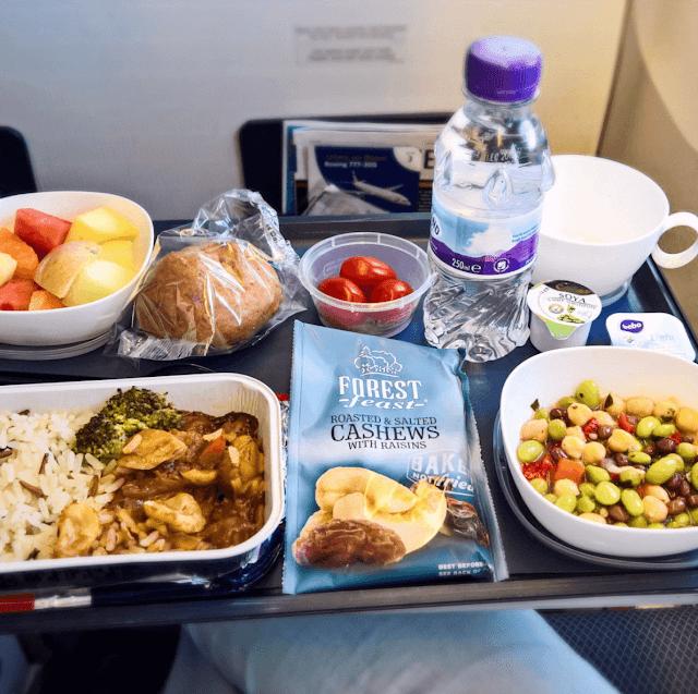 Hãng hàng không Anh Quốc cung cấp cho khách một thực đơn khá lành mạnh với rau củ, trái cây và các loại hạt chiếm đa số. Bên cạnh đó, ta lại thấy một phần cơm ăn cùng một loại thịt và rau củ khá quen thuộc. Có vẻ như các nước phương Tây cũng chuộng ăn cơm đấy nhỉ?