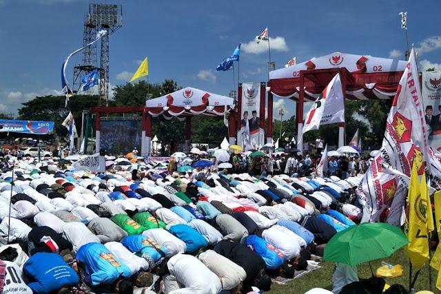 Di Bawah Terik Matahari, Pendukung Prabowo Gelar Salat Dzuhur Bersama