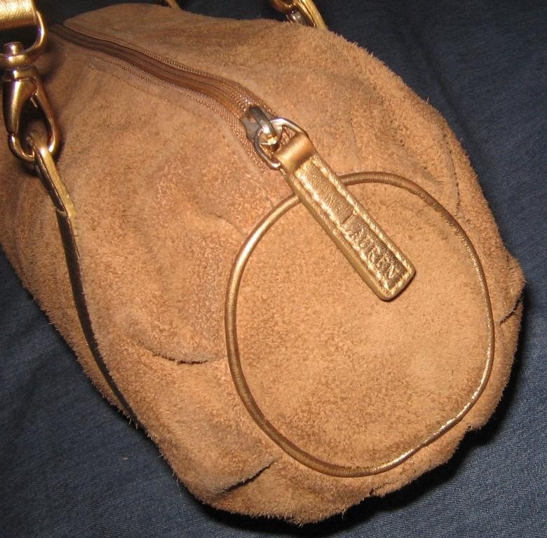 9c68d703efa88 Feito em couro cru, e alças cor bronze, linda!!! OBS  O flash deixou a cor  da bolsa mais clara, ela não está com o couro gasto, foi o flash!