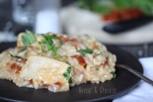 """alt=""""risotto bien crémeux poulet, tomates confites dans une assiette noire"""""""